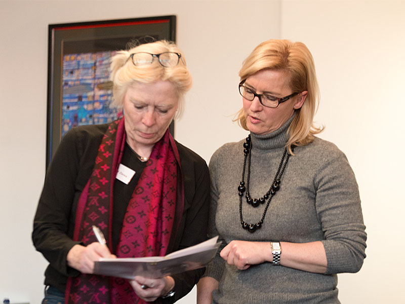 Gertrud Zeiß and Martina Effmert discussing a HGS coaching project
